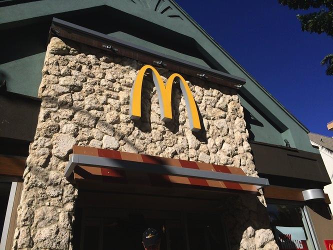 ハワイのマックはパイナップル付きワイキキのマクドナルドで朝マック
