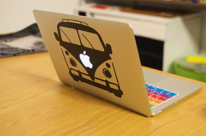 ステッカー付きMacBook