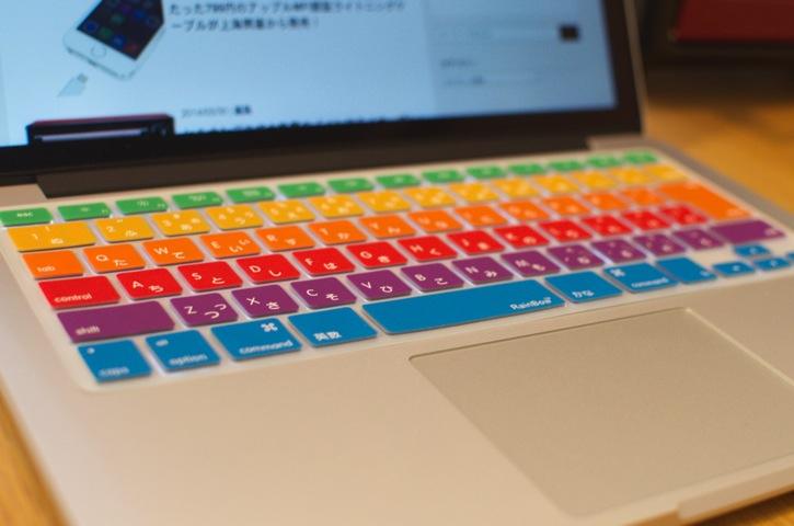 1280円でMacのキーボードを彩るレインボーキーボードカバーが気に入った