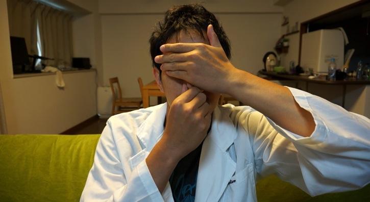 目隠し鼻摘む