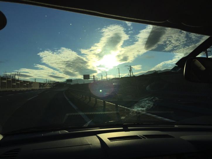 眩しい車の運転中は偏光サングラスがおすすめ過ぎる