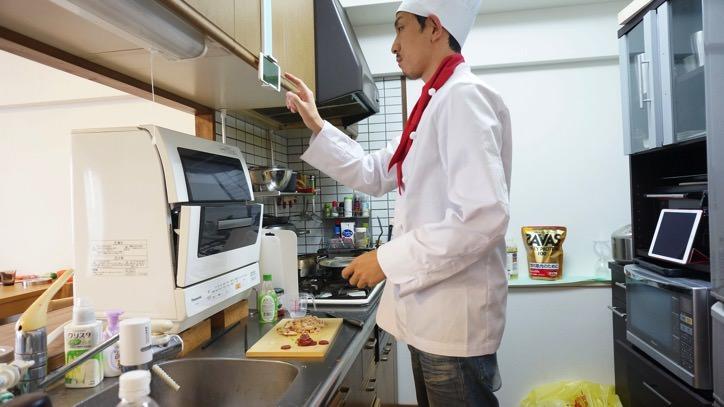 キッチンでスマホ,タブレットを便利に使うホルダー