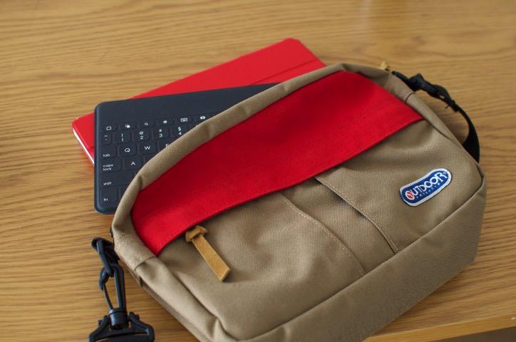 iPadと共にサイドバッグに