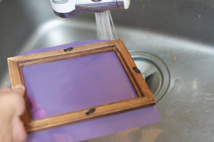 溶剤を洗い流す