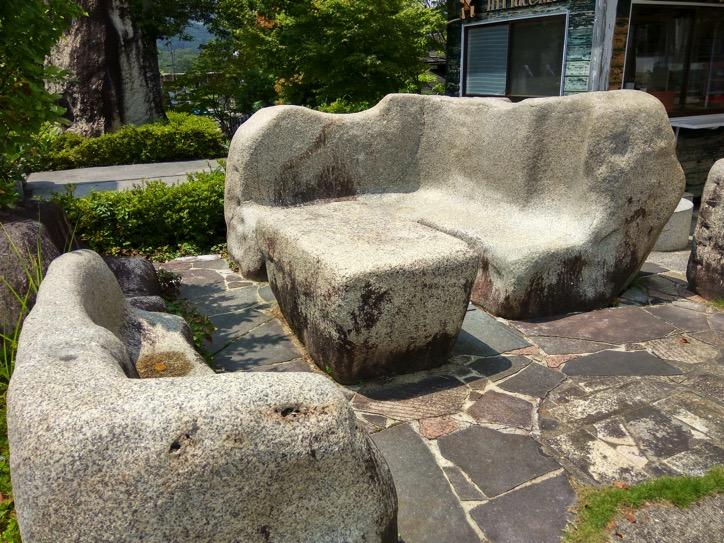 石のデスクとソファー