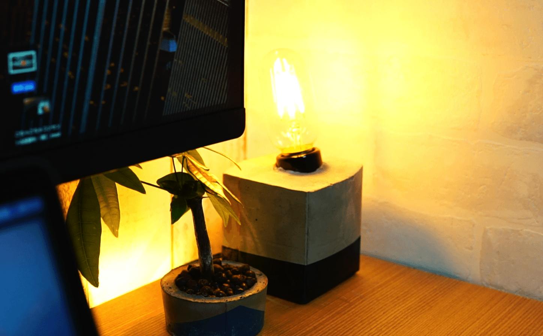 デスクの間接照明