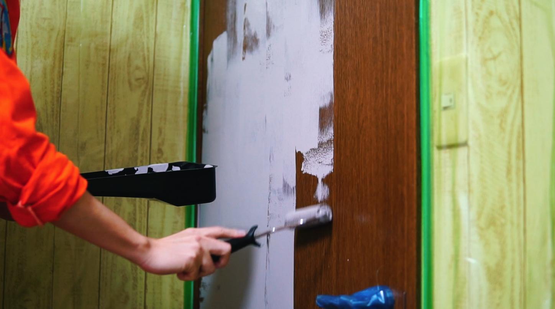 ドアをペンキ塗り