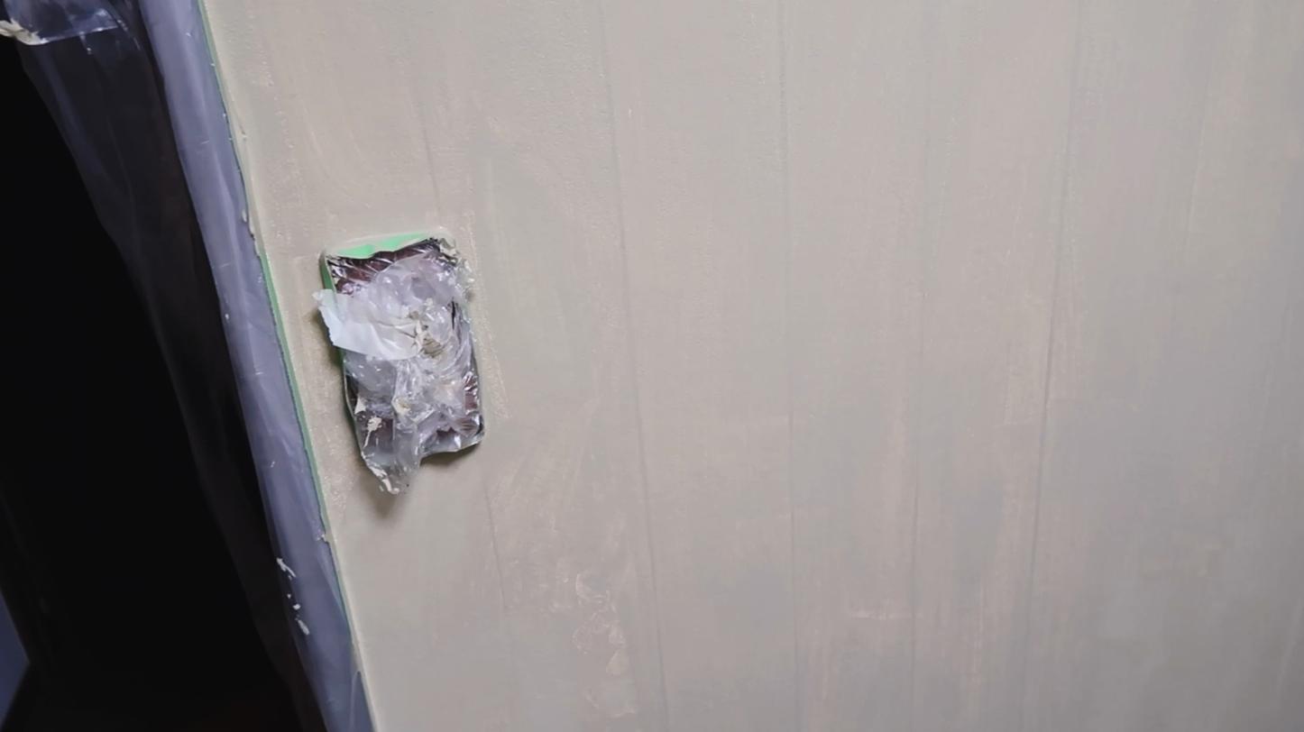 1度塗り後の壁