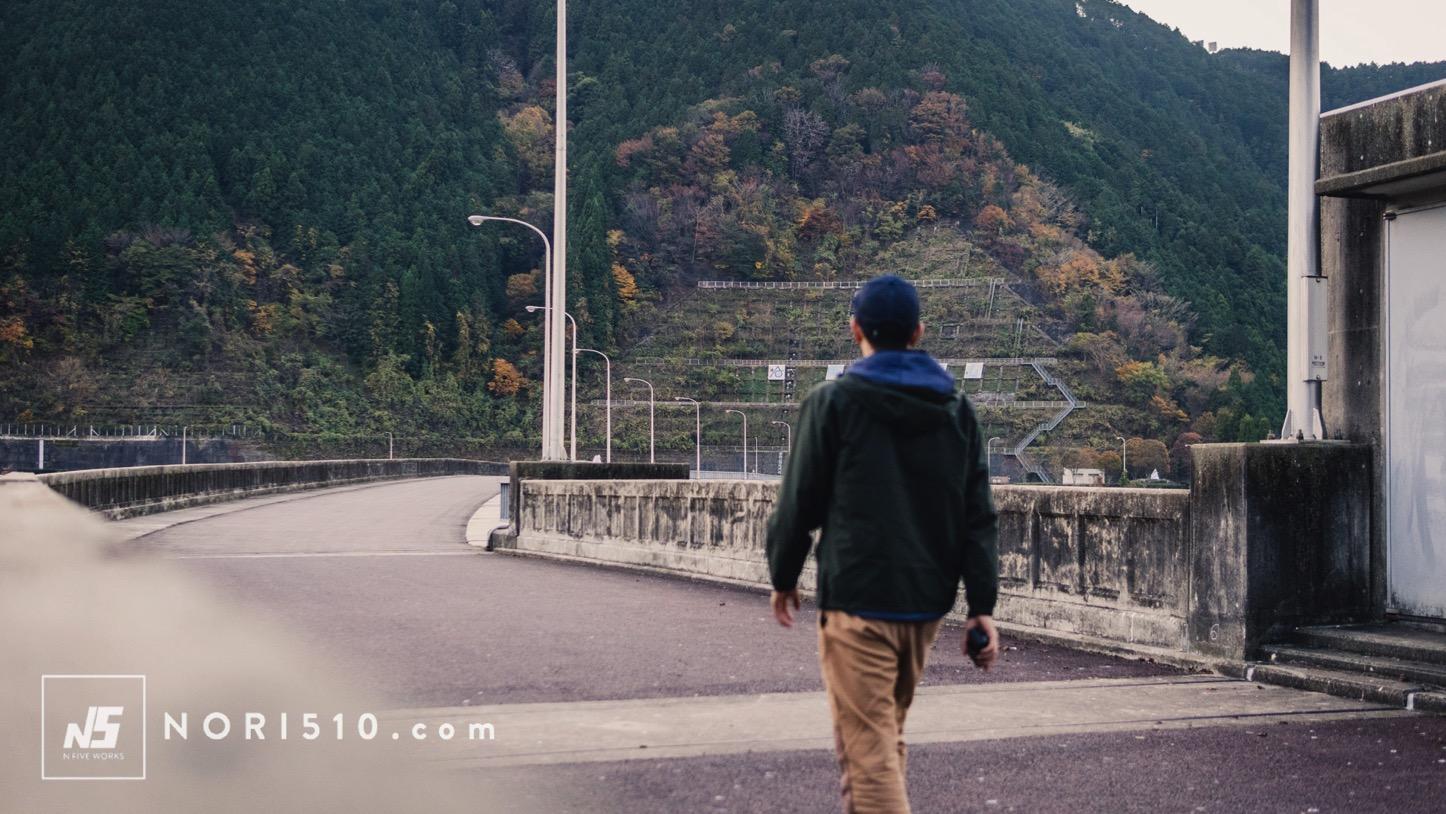ダムの上を歩く