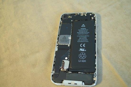 背面パネルを外したiPhone