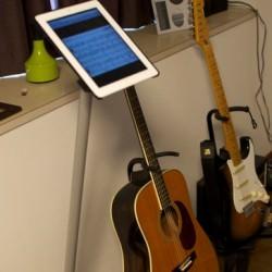 立って使えるiPadスタンド 料理中のレシピチェックや楽器演奏中の譜面台などに「IPEVO Perch L」