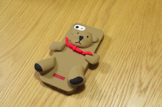可愛いくて大人気のモスキーノのクマのiPhone5用のケース