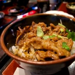 豚カルビ丼旨い名古屋伏見駅スグにある「炭焼き 豚郎 伏見店」