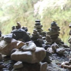 無数に積まれた積み石が怖い天照大神伝説の天岩戸神社「天安河原」