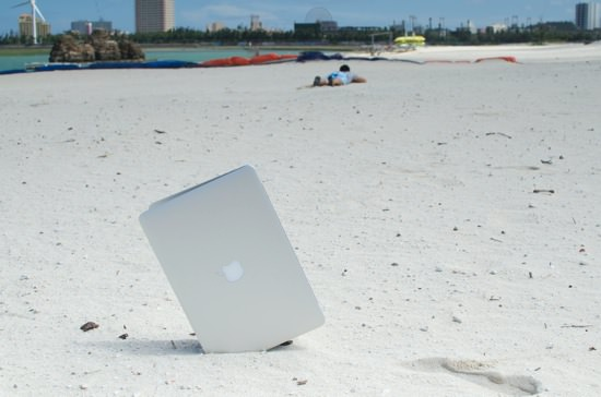夏だ海だ沖縄だ作業効率アップのビーチフラッグノマドだ