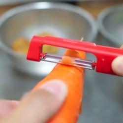 立つだけじゃない新発想タテ型が野菜の皮を剥きやすい「立つピーラー」