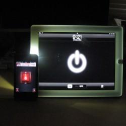 iPad2ホワイトのベゼルは暗闇で光をあてるとカッコイイぞ