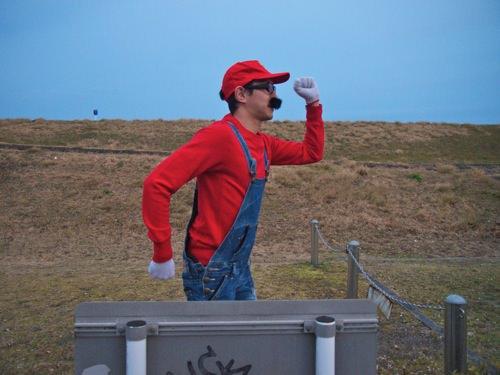 公園がパニックになるレベルたった千円でマリオの仮装に挑戦してみた